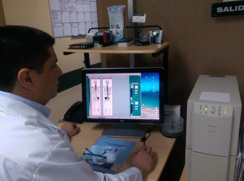 Es un profesional en radiologia e imagenes especializado en estudios y procedimientos de medicina nuclear